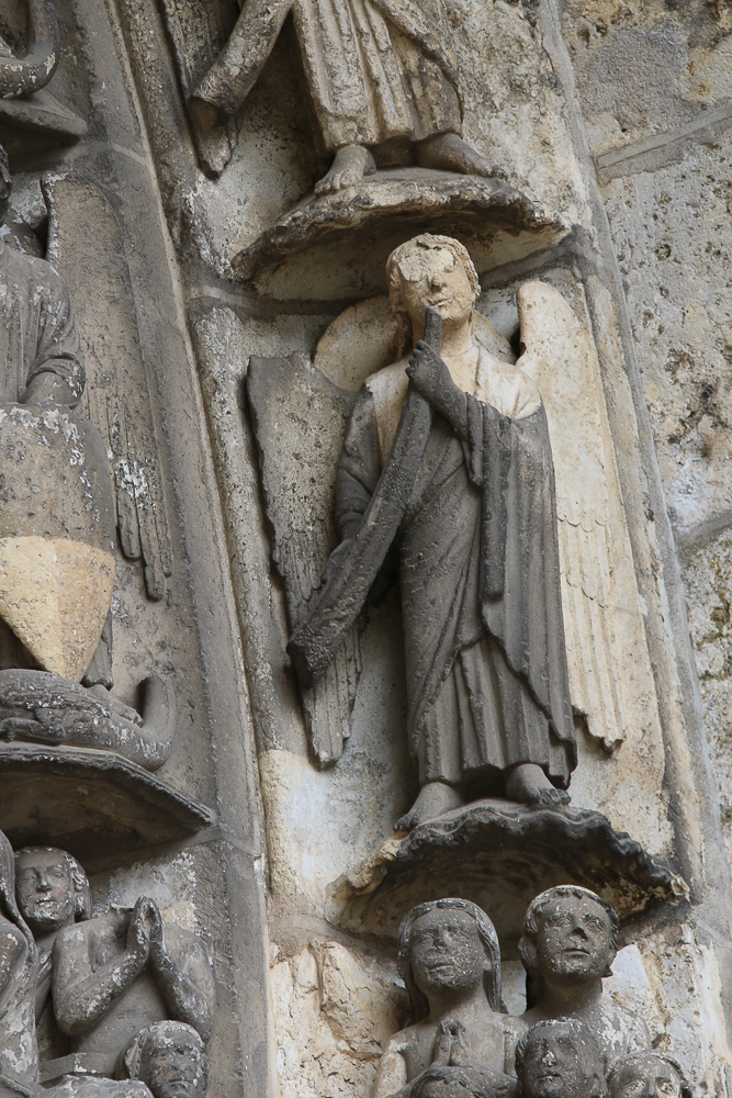 Chartres, south side, center, archivoltLast judgment. Angels
