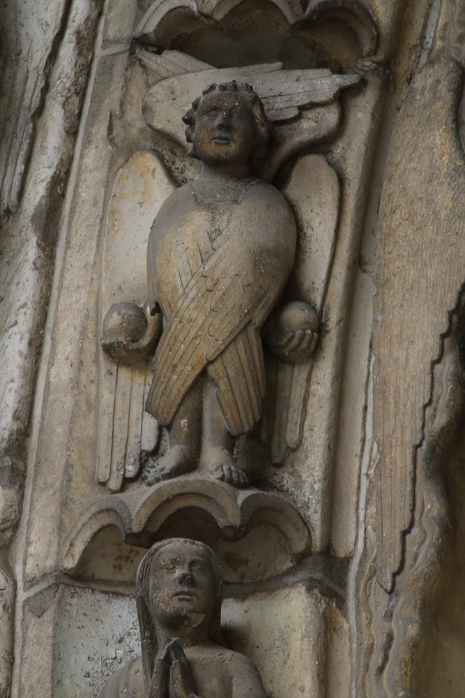Chartres, south side, center, archivoltLast judgment. Angel