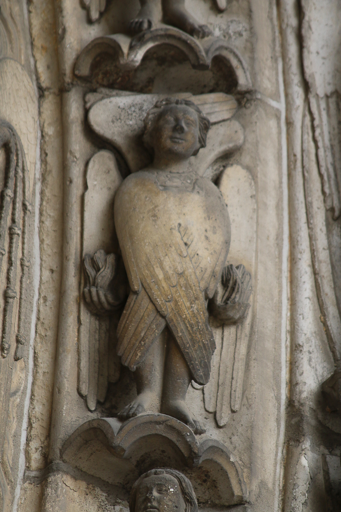 Chartres, south side, center, archivoltLast judgment. Angel