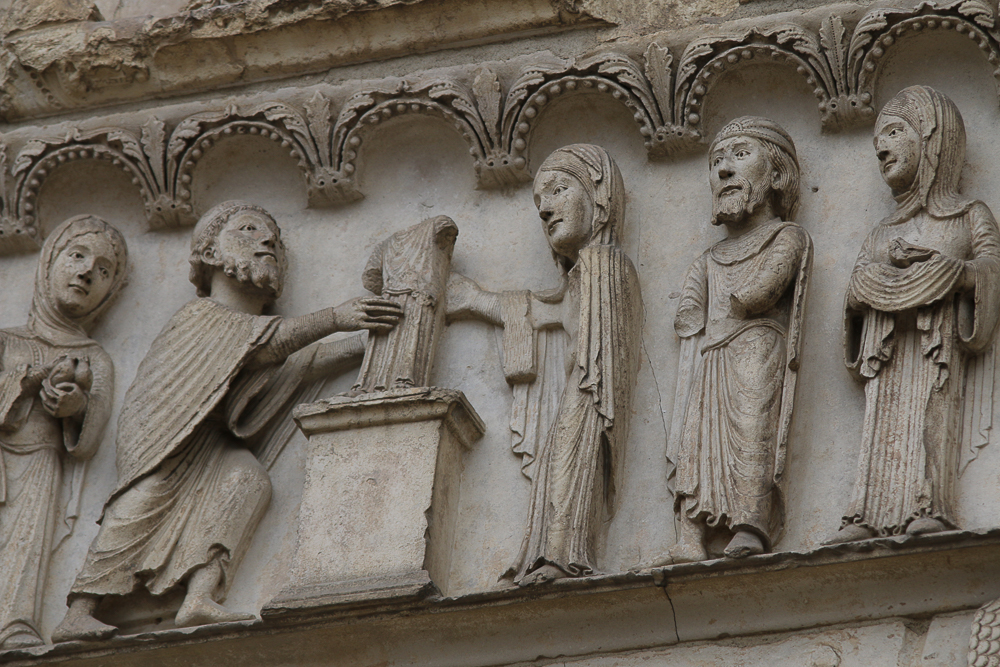 Chartres west side, right portalLINTEL• Below: presentation at the temple